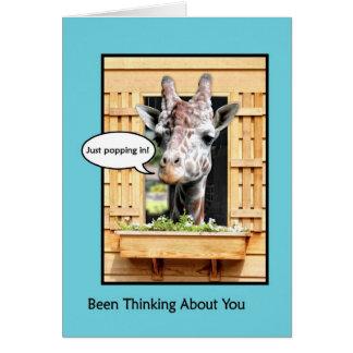 Pensamiento divertido en usted, jirafa linda a tra tarjeta