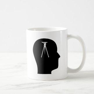 Pensamiento en examinar taza