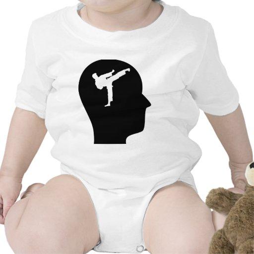 Pensamiento en karate traje de bebé