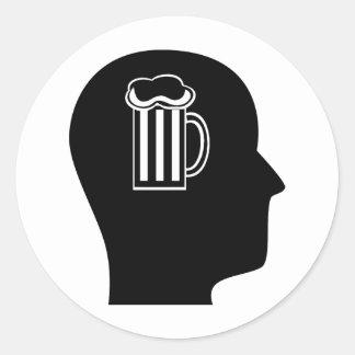 Pensamiento en la cerveza pegatina redonda