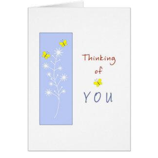 Pensamiento en usted con las mariposas amarillas tarjeta de felicitación