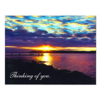 Pensamiento en usted. lago de la puesta del sol postales