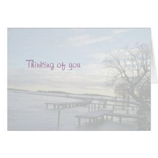 Pensamiento en usted puente nevoso en una tarjeta