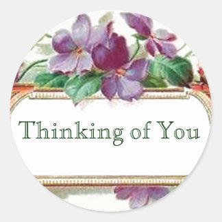Pensamiento en usted violetas florales del vintage pegatina redonda