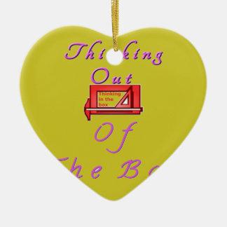 Pensamiento fuera de la caja adorno navideño de cerámica en forma de corazón