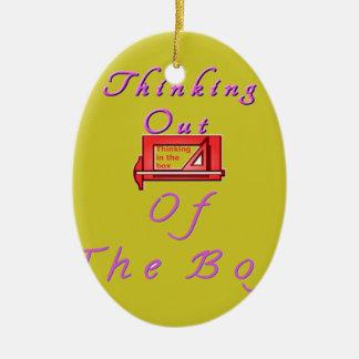 Pensamiento fuera de la caja adorno navideño ovalado de cerámica