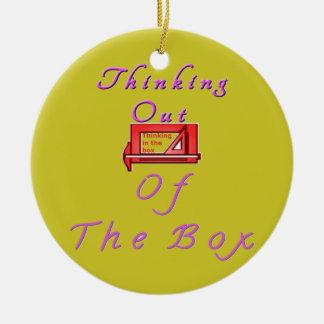 Pensamiento fuera de la caja adorno navideño redondo de cerámica