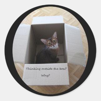 Pensamiento fuera de la caja etiquetas redondas
