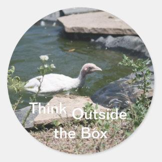 Pensamiento fuera de la caja pegatina redonda
