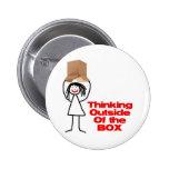Pensamiento fuera del dibujo animado de la caja pin