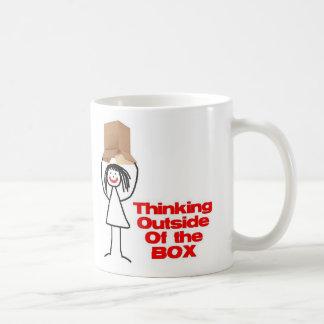 Pensamiento fuera del dibujo animado de la caja taza