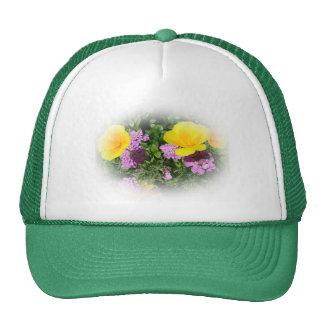 pensamientos amarillos y flores púrpuras del gorras de camionero