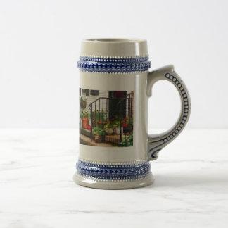 Pensamientos y geranios en Stoop Tazas De Café