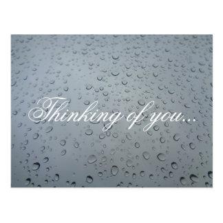 Pensando en usted, el agua cae en la ventana, día postales