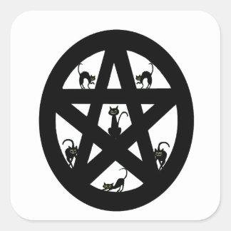 Pentáculo pagano y gatos negros pegatina cuadrada