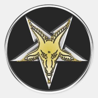 Pentagram de plata invertido con la cabeza de oro etiqueta redonda
