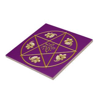 Pentagram del oro, con el roble y el acebo - azulejo cuadrado pequeño