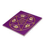 Pentagram del oro, con el roble y el acebo - teja/
