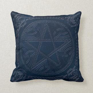 Pentagram grabado en relieve en la almohada de cojín decorativo