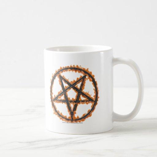 Pentagram invertido ardiendo taza de café