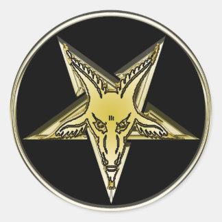 Pentagram invertido con la cabeza de oro de la etiquetas redondas