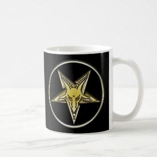 Pentagram invertido con la cabeza de oro de la taza clásica