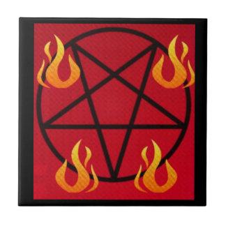 Pentagram mágico invertido rojo y negro del fuego azulejo cuadrado pequeño