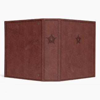 Pentagram - símbolo mágico pagano en el cuero rojo