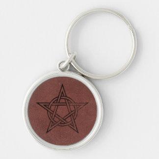 Pentagram - símbolo mágico pagano en el cuero rojo llavero