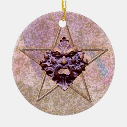 Pentagram y escultura #3A del hombre verde Adorno Redondo De Cerámica