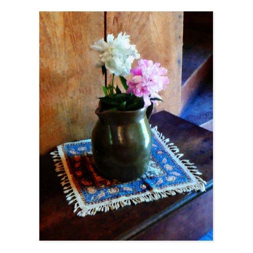 Peonies rosados y blancos en jarro verde postal