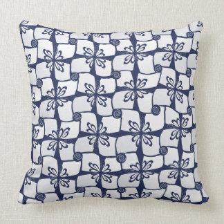 Pequeña almohada azul de la decoración del modelo
