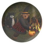 Pequeña bruja de los osos pequeños con el gato plato de comida