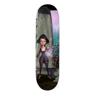 Pequeña bruja linda con tabla de patinar