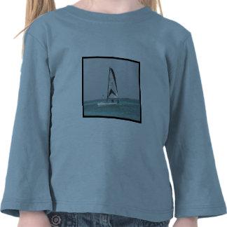 Pequeña camisa del niño del velero del catamarán