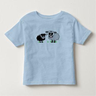 Pequeña camisa linda de las ovejas negras y de las