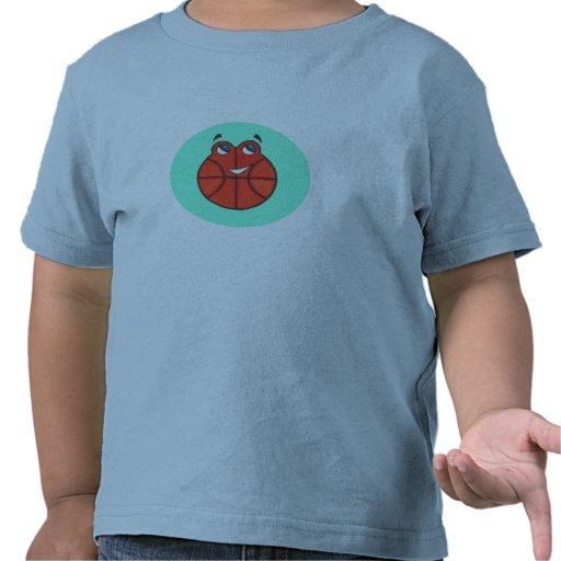Pequeña camiseta feliz del niño del baloncesto