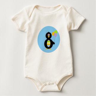 Pequeña camiseta feliz del niño del pingüino