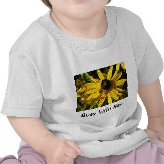 Pequeña camiseta ocupada de la abeja