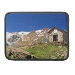 pequeña capilla en el parque nacional de Stelvio Funda Para Macbook Pro