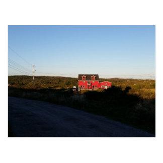 Pequeña casa roja tarjetas postales