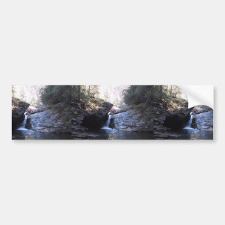 Pequeña cascada entre los Outcroppings rocosos Pegatina De Parachoque