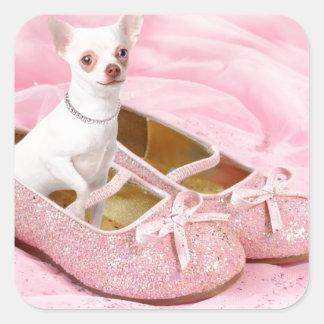 Pequeña chihuahua en zapatos femeninos rosados con pegatina cuadrada