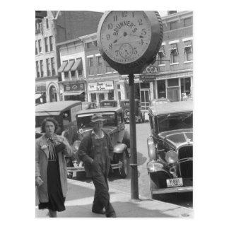 Pequeña ciudad reloj grande los años 30 tarjeta postal