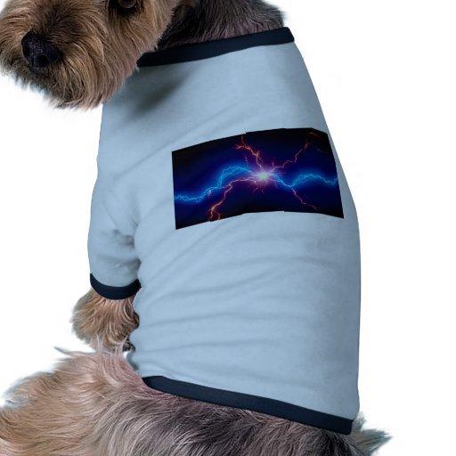 Pequeña electro-carga sobre fondo negro ropa de mascota