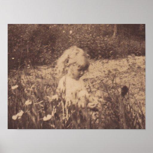 Pequeña Evelyn entre las flores Póster