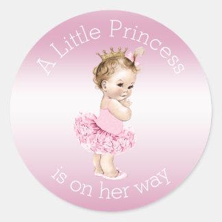 Pequeña fiesta de bienvenida al bebé rosada de pegatina redonda