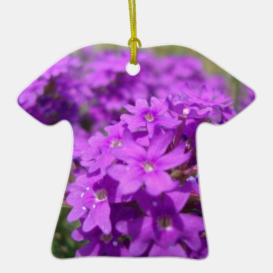 Pequeña flor púrpura adorno navideño de cerámica en forma de playera