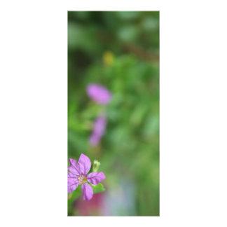 Pequeña flor púrpura del fondo verde floral tarjetas publicitarias