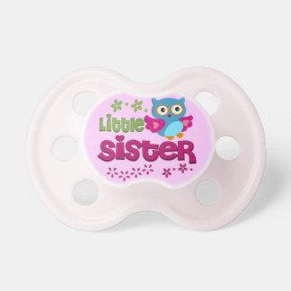 Pequeña hermana chupetes de bebé